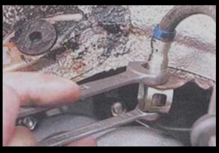 Откручиваем тормозной шланг от тормозной трубки