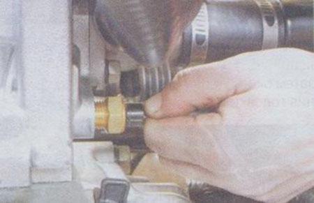 Снимаем клемму с датчика давления масла