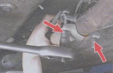 Откручиваем хомут, который скрепляет приемную трубу и резонатор