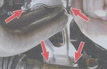 Откручиваем кронштейн приемной трубы на ВАЗ 2109
