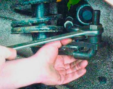 Выпрессовываем палец рулевого наконечника