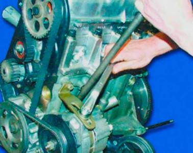 Отжимаем генератор от двигателя и затягиваем гайку