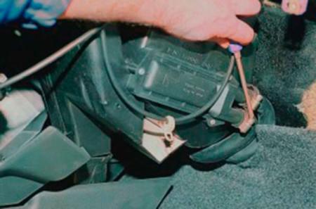 Ослабляем хомуты шлангов радиатора печки на ВАЗ 2108, 2109, 21099