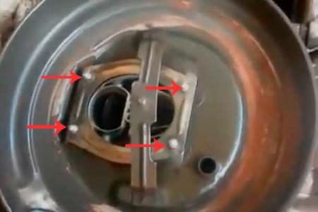 Откручиваем 4 гайки крепления корпуса воздушного фильтра на ВАЗ 2108, 2109, 21099