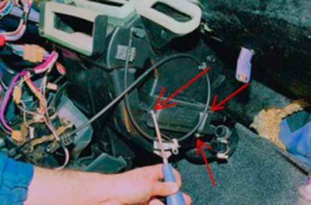 Откручиваем крепления радиатора печки на ВАЗ 2108, 2109, 21099