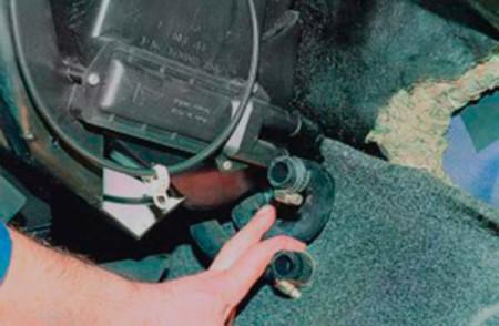 Отсоединяем шланги от радиатора печки на ВАЗ 2108, 2109, 21099