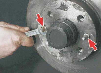 Откручиваем крепления тормозного диска на ВАЗ 2108, 2109, 21099