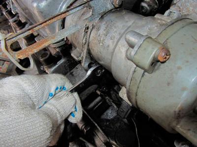 Ослабляем затяжку нижних гаек крепления трамблера