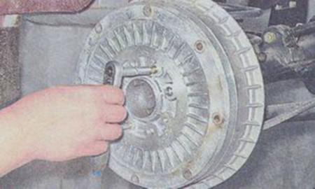 Откручиваем 2 штифта крепления тормозного барабана