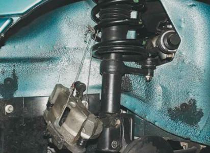 Привязываем тормозной суппорт к пружине на ВАЗ 2108, 2109, 21099