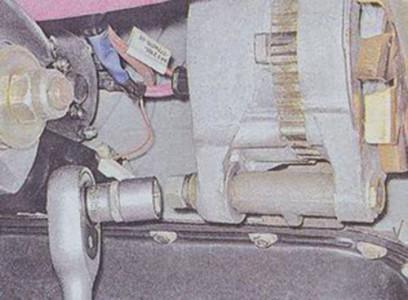 Откручиваем болт крепления генератора на ВАЗ 2101, 2102, 2103, 2104, 2105, 2106, 2107