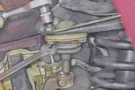 Откручиваем болты крепления шаровой опоры к рычагу на ВАЗ 2101, 2102, 2103, 2104, 2105, 2106, 2107