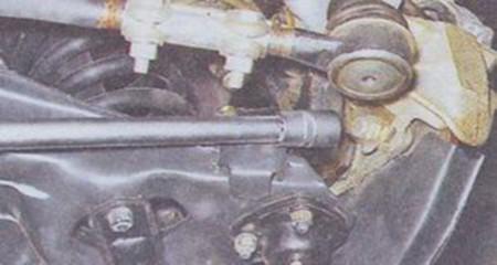 Откручиваем болты крепления тормозного суппорта на ВАЗ 2101, 2102, 2103, 2104, 2105, 2106, 2107