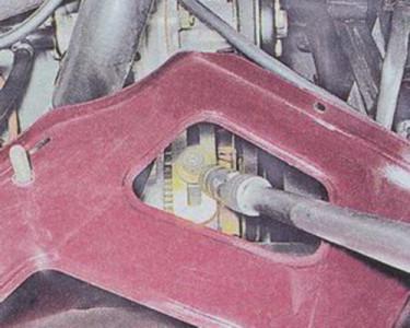Откручиваем гайку крепления генератора к регулировочной планке на ВАЗ 2101, 2102, 2103, 2104, 2105, 2106, 2107