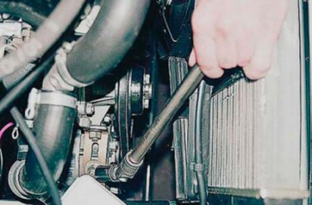 Ослабляем гайку крепления генератора к регулировочной планке на ВАЗ 2101, 2102, 2103, 2104, 2105, 2106, 2107