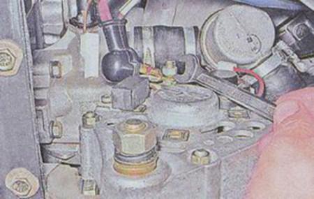 Откручиваем гайку крепления плюсового провода генератора на ВАЗ 2101, 2102, 2103, 2104, 2105, 2106, 2107