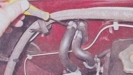 Ослабляем затяжку хомутов шлангов радиатора печки на ВАЗ 2101, 2102, 2103, 2104, 2105, 2106, 2107