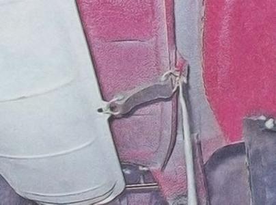 Отгибаем крючки ремня подвеса глушителя на ВАЗ 2101, 2102, 2103, 2104, 2105, 2106, 2107