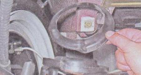 Снимаем-нижнюю-прокладку-задней-пружины-на-ВАЗ-2101,-2102,-2103,-2104,-2105,-2106,-2107