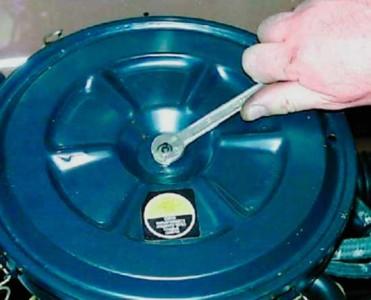 Откручиваем гайку крепления крышки корпуса воздушного фильтра на ВАЗ 2108, 2109, 21099