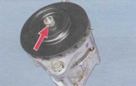 Откручиваем гайку на шкиве генератора на ВАЗ 2108, 2109, 21099