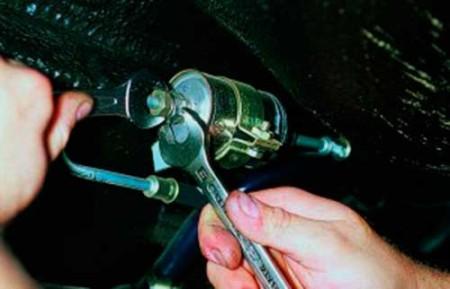 Откручиваем штуцер топливного трубки от топливного фильтра на ВАЗ 2108, 2109, 21099 (инжектор)