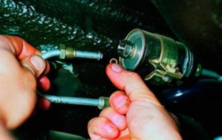 Отсоединяем топливную трубку от топливного фильтра на ВАЗ 2108, 2109, 21099 (инжектор)