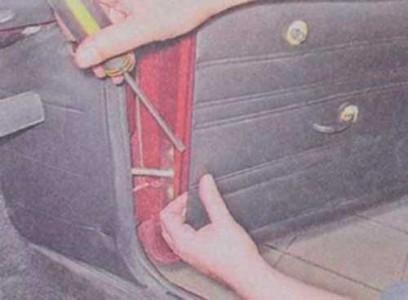 Поддеваем обшивку двери на ВАЗ 2101, 2102, 2103, 2104, 2105, 2106, 2107