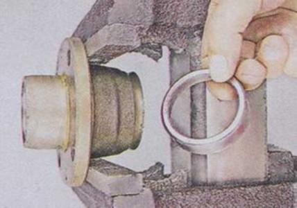 Выпрессовываем кольцо внутреннего подшипника из ступицы на ВАЗ 2101, 2102, 2103, 2104, 2105, 2106, 2107