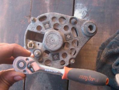 Откручиваем болты крепления корпуса генератора на ВАЗ 2101, 2102, 2103, 2104, 2105, 2106, 2107
