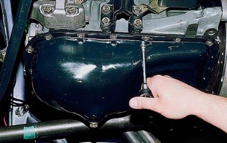 Откручиваем болты крепления поддона картера на ВАЗ 2108, 2109, 21099