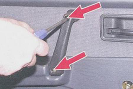 Откручиваем болты крепления ручки двери на ВАЗ 2108, 2109, 21099