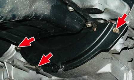 Откручиваем крепления защитной крышки картера сцепления на ВАЗ 2108, 2109, 21099