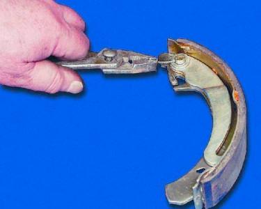 Вынимаем шплинт крепления рычага тормозной колодки