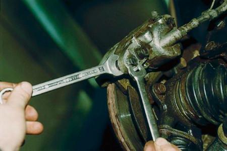 Откручиваем болт крепления скобы суппорта на ВАЗ 2110, 2111, 2112