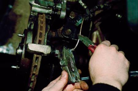 Отсоединяем датчик износа тормозных колодок на ВАЗ 2110, 2111, 2112
