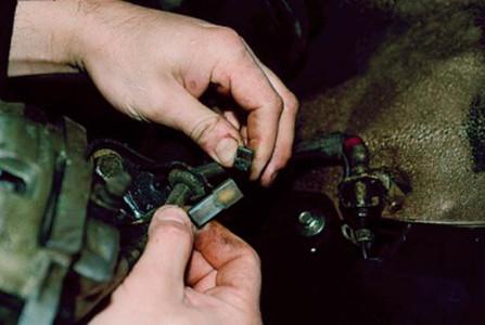 Отсоединяем колодку датчика износа тормозных колодок на ВАЗ 2110, 2111, 2112