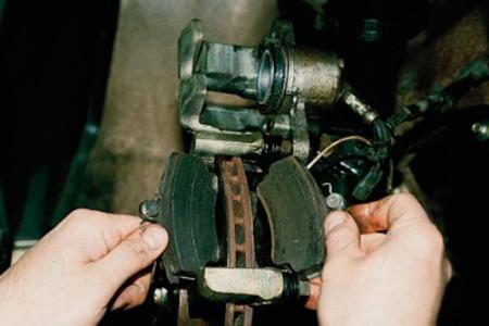 Снимаем изношенные передние тормозные колодки на ВАЗ 2110, 2111, 2112