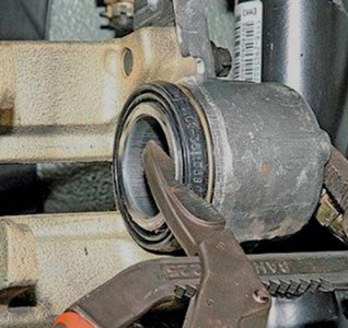 Вдавливаем тормозной поршень специальным устройством на ВАЗ 2110, 2111, 2112