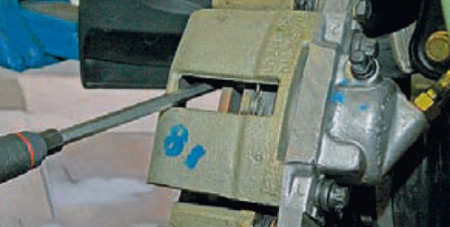 Вдавливаем тормозной поршень отверткой на ВАЗ 2110, 2111, 2112