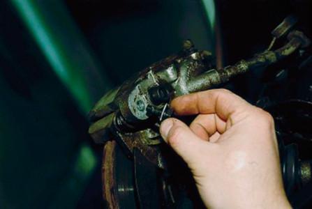 Вынимаем болт крепления скобы суппорта на ВАЗ 2110, 2111, 2112