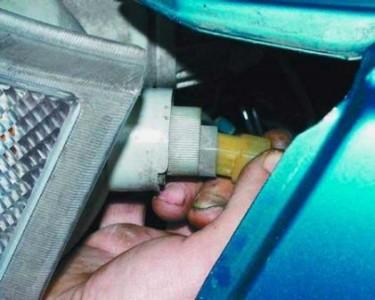 Снимаем колодку от указателя поворота на ВАЗ 2110, 2111, 2112