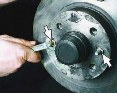 Откручиваем болты крепления тормозного диска на ВАЗ 2110, 2111, 2112