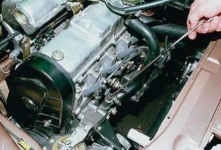 Проверяем уровень масла в двигателе по щупу на ВАЗ 2110, 2111, 2112