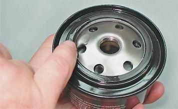 Смазываем маслом уплотнительную резинку масляного фильтра на ВАЗ 2110, 2111, 2112