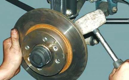 Выбиваем тормозной диск с посадочного места на ВАЗ 2110, 2111, 2112