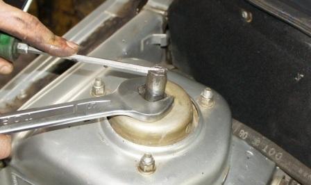 Ослабляем гайки штока амортизатора на ВАЗ 2110, 2111, 2112