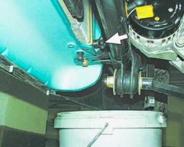 Откручиваем пробку на радиаторе охлаждения на ВАЗ 2110, 2111, 2112