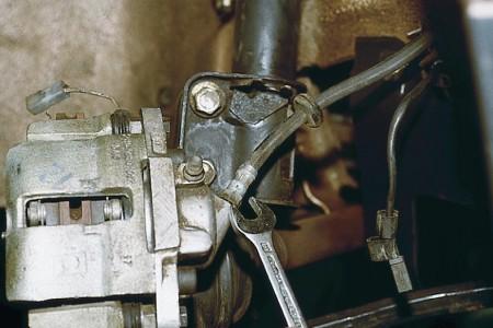 Откручиваем штуцер с рабочего тормозного цилиндра на ВАЗ 2110, 2111, 2112