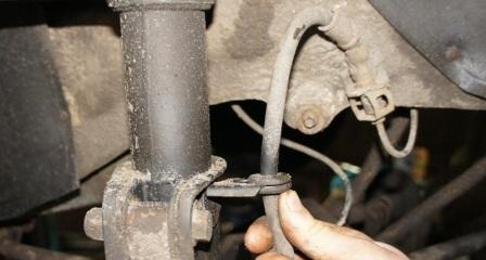 Вынимаем тормозной шланг из крепления на ВАЗ 2110, 2111, 2112